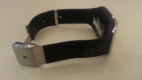 สายของ Samsung Galaxy Gear เป็นยาง แต่มีความคงทนค่อนข้างสูง