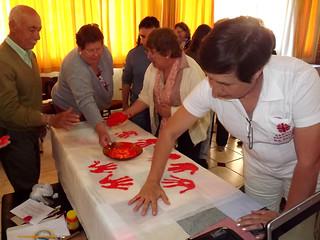 Como sinal concreto do compromisso assumido a favor da vida, os participantes do encontro confeccionaram uma faixa com mãos vermelhas.