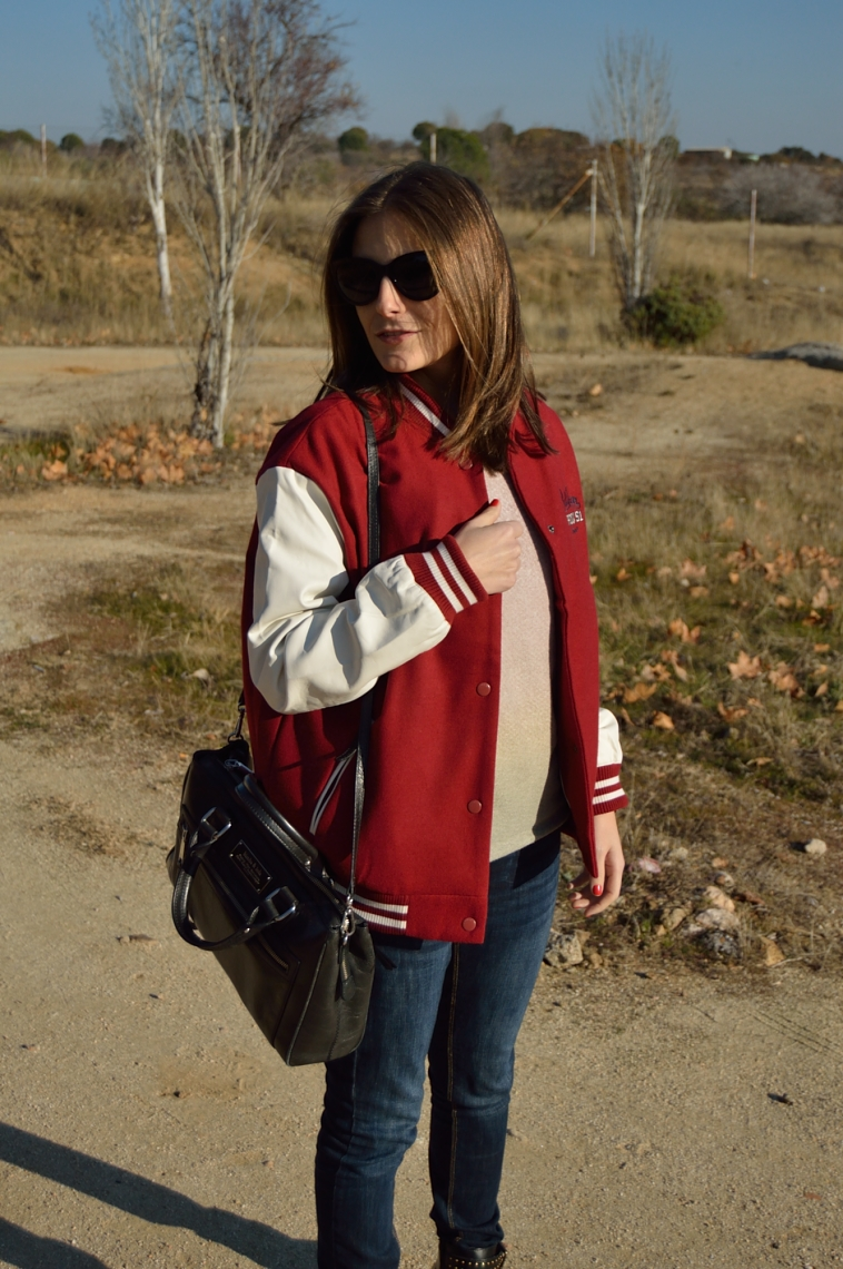 lara-vazquez-burgundy-bomber-burdeos-black-accessories
