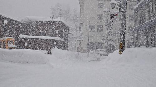 Hirafu snowing