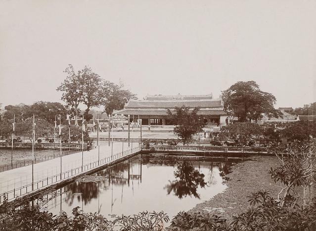 Hué – Les jardins du Palais. Au fond: La salle du trône