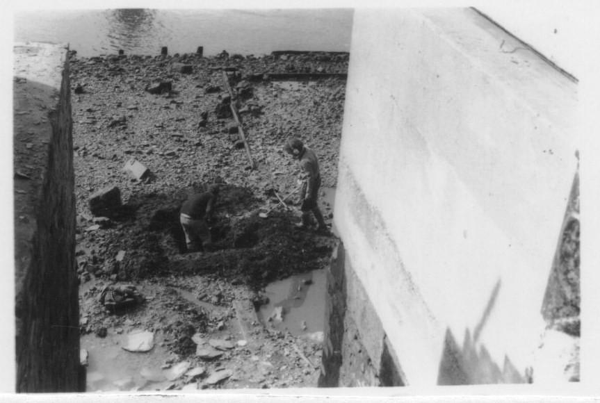 480262849f ... Mudlarkers digging at Trig Lane Stairs