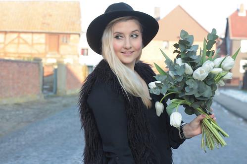 outfit-fashionblog-modeblog-look-flower-blumen-valentinstag-bloomy-days-hut-hm-weste-fell