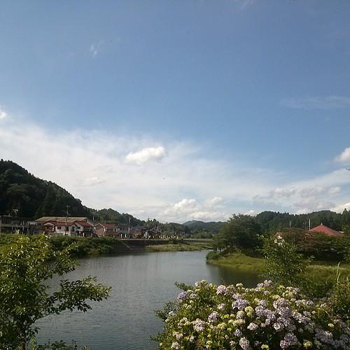 現場の仕事が、思惑より早く終わっちゃいました。今、帰社中!中国山地も夏の空です。ちょっと休憩!慌てず帰ろ!