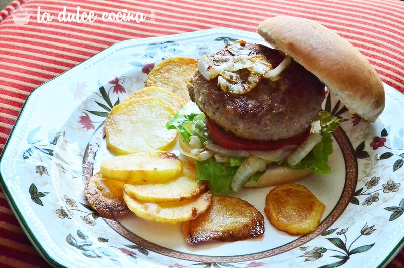Terminamos la receta con la presentación del plato de la hamburguesa gourmet casera
