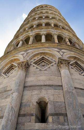 A los pies de la Torre de Pisa, en la Plaza de los Milagros