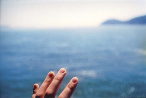 LE LOVE BLOG LOVE PHOTO HAND OCEAN HOLDING ON Untitled by emma louise., on Flickr