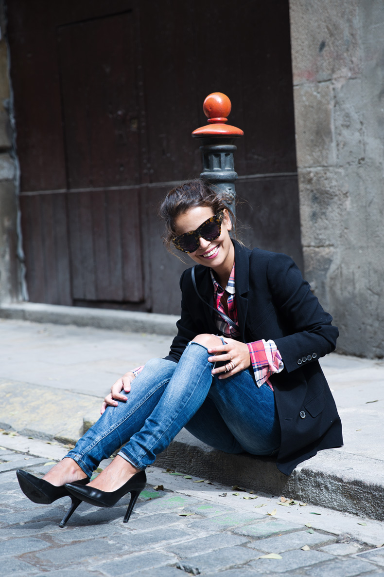 Barcelona_Travels-Belbake-Travels-Plaid_Shirt-Ripped_Jeans-Outfit-Street_Style-Collagevintage-15