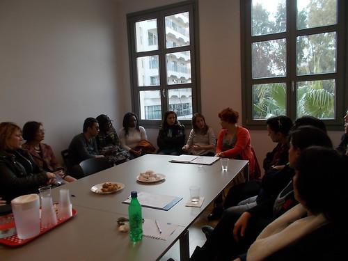 Η γυναικολόγος εθελόντρια του Δικτύου Αλέκα Μακρή  σε μια ενημερωτική συζήτηση με μητέρες και νέα κορίτσια  στο Φρουραρχείο, την Πέμπτη 22 Ιανουαρίου