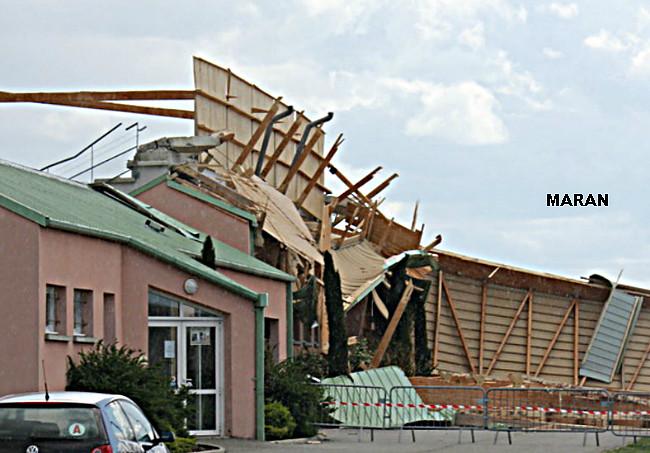 stade de Montelier dans la Drôme, endommagé par la tempête et les bourrasque de vent du sud le 28 avril 2012 météopassion