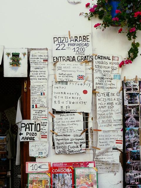 Werbeplakate am Touristenshop in allen Sprachen
