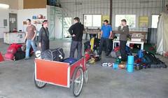 Pakowanie sprzętu w hangarze K2 Aviation