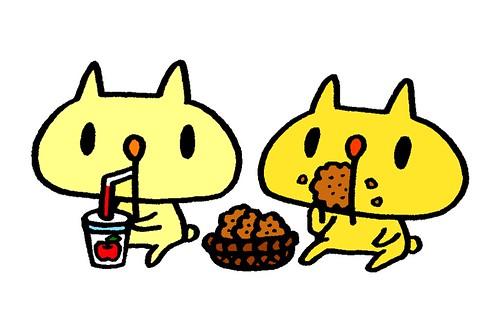 ジュースを飲むむーと、ビスケットを食べてるむー