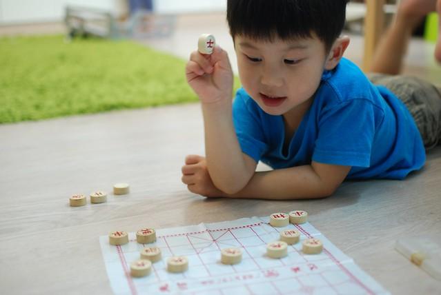 3yo Jerry plays Chinese Chess!