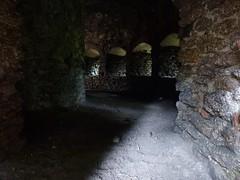 Wnętrze chodnika otaczającego basztę łupinową w północno-wschodnim narożu zamku dolnego na Zamku Chojnik w Sobieszowie