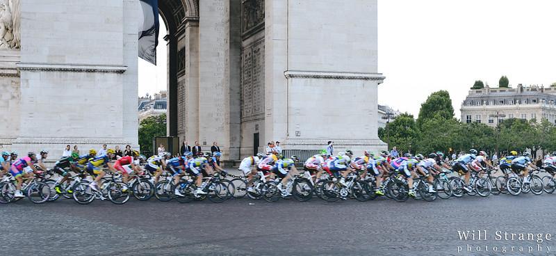 The peloton passes the Arc de Triomphe