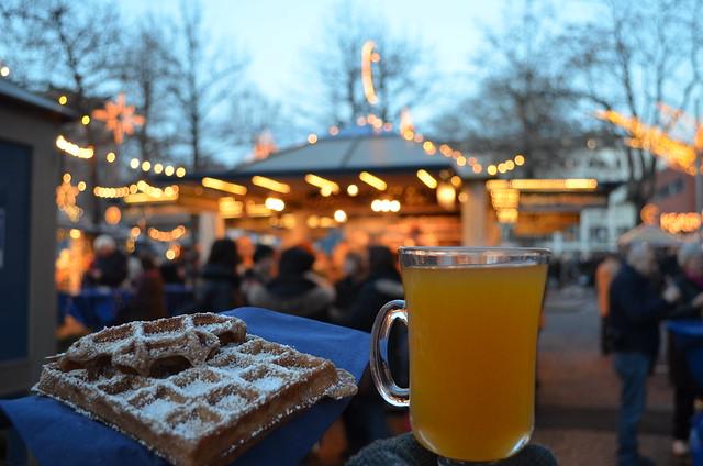 Wiesbaden Sternschnuppenmarkt lebkuchen waffle and sanddorn grog