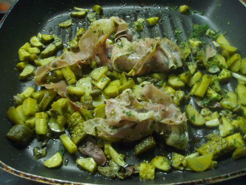 Gebratener Parmaschinken mit Kapern und Gewürzgurken 004