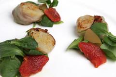 Cappesante Avvolte nel guanciale, zenzero candito, valeriana, asparagi, pomodori confit