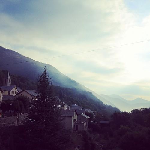 今朝のピレネーは霧がかって清々しかった。久々1年以上ぶりにお兄ちゃんの夢を見た。無理するなってことかなー。昨日登った同じ坂を下って引き返した。けどやっぱり「Andorra行きたい!」Uターンしてまた同じ10%の坂を倍の時間かけて登ることにした。「いいよね?」何度も自分に聞き返した。静かなツールドフランス2013の道。。。I saw dream of my brother this morning. Felt like I should go safer way so I went back riding