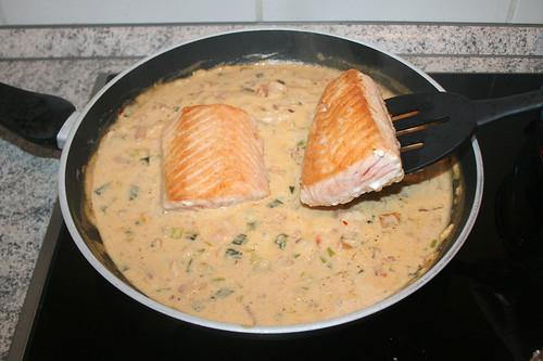 42 - Lachs zur Sauce geben / Put salmon in sauce