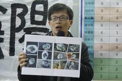 黃俊男手中拿綠石蚵照片,說明西海岸汙染情形。洪郁婷攝。