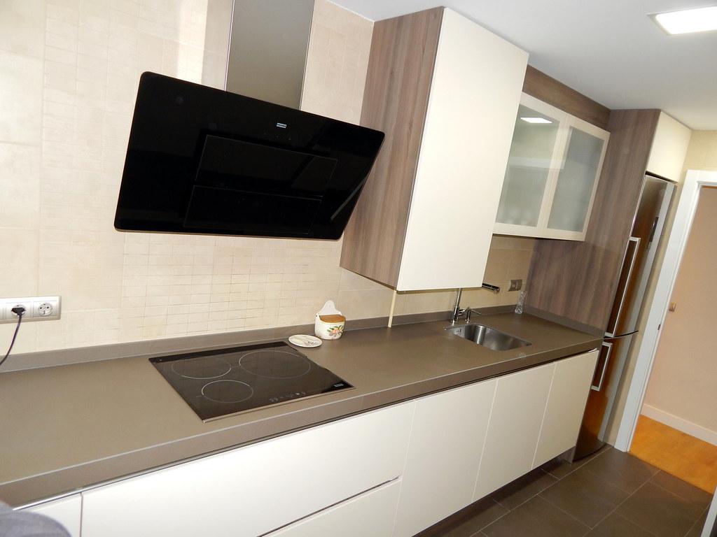 Muebles de cocina modelo hit con gola - Campanas de cocina de cristal ...