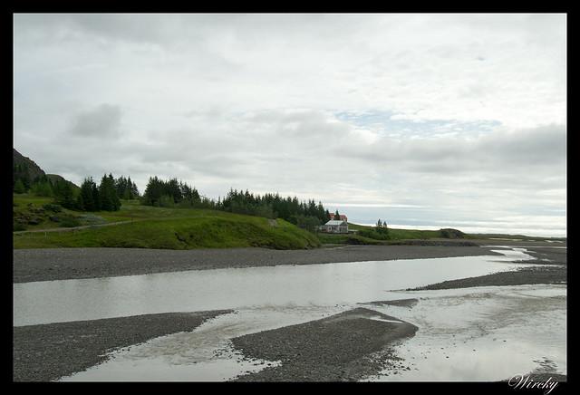 Río con sedimentos de arena negra