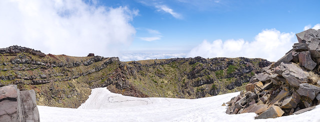 振り返る・・・登ってきた雪渓と外輪山(左端に七高山)