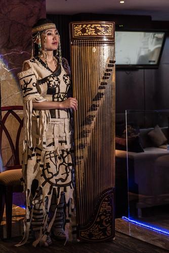 traditional mongolia d750 mn ulaanbaatar ulanbator traditionell mongolian zither mongolei mongolische mongolisch mongolisches улаанбаатар ᠤᠯᠠᠭᠠᠨᠪᠠᠭᠠᠲᠤᠷ yatga zupfinstrument уланбатор yatuga ethniczorigoo woelbbrettzither ᠶᠠᠲᠤᠭᠠ 雅托葛 ятга wölbbrettzither