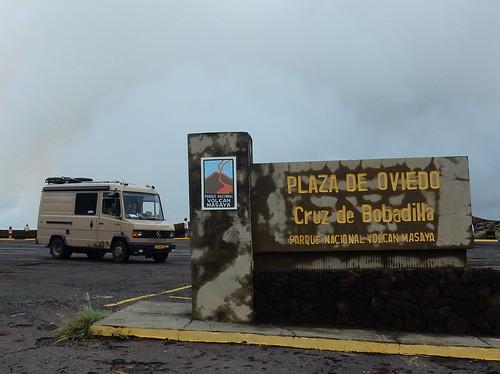 Masaya - bus op de vulkaan
