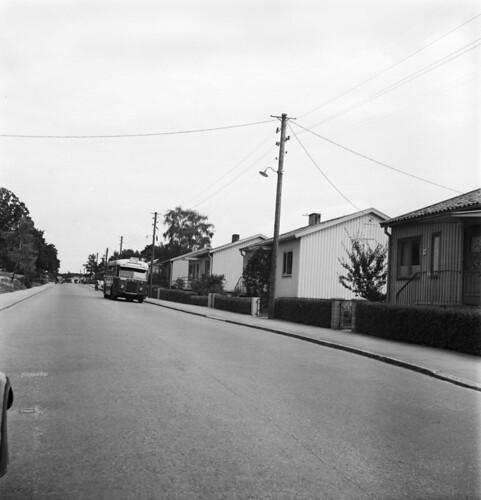 Buss 75 på Tallkrogsvägen. Nummer 79 syns närmast till höger.