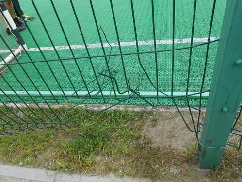 Дыра на спортивной площадке