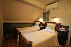 La chambre Philippe montée en deux lits individuels, au Gîte du Champayeur.