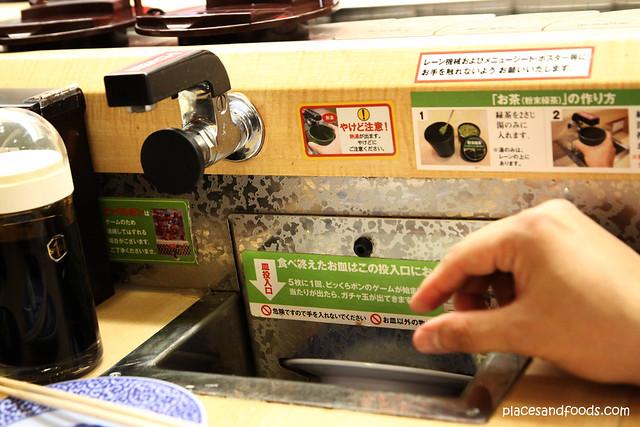 Kura Sushi 無添 くら寿司金閣寺店 plate compartments
