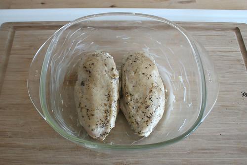29 - Angebratene Hähnchenbrust in Auflaufform geben / Pute roasted chicken breat in casserole