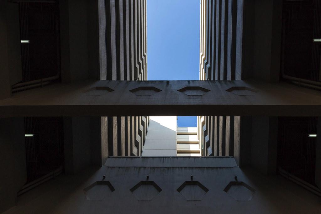 広場の屋根は吹き抜け構造