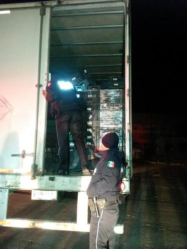 Localizan a 18 indocumentados ocultos en la caja de un trailer
