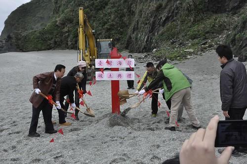 掩埋8個月後,再度開挖抹香鯨,並舉行破土儀式。(圖片來源:宜蘭縣政府)