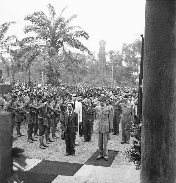 Le general Philippe Leclerc de Hauteclocque salue le monuments aux morts indochinois a Hanoï, Vietnam