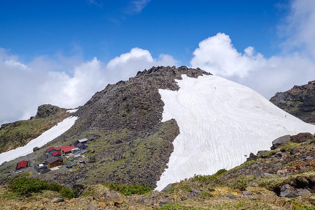 御室と雪渓の新山