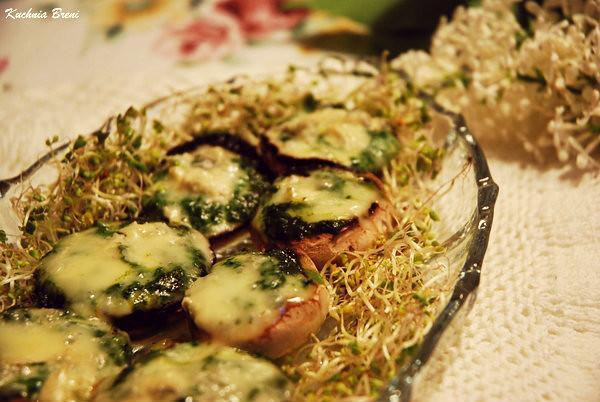 Pieczarki faszerowane pesto z bazylii i serem gorgonzola
