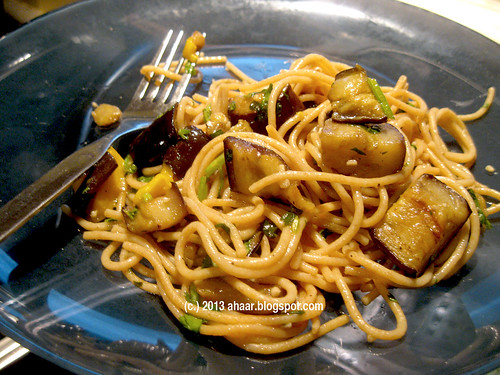 Noodles with eggplant and mango