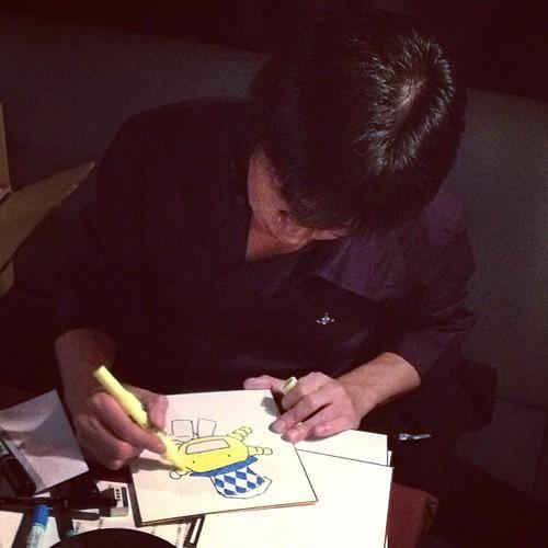 石川先生お絵描き中。今日の最後のジャンケン大会でプレゼントされるそうです!