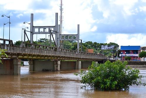 ponte metálica e o rio acre