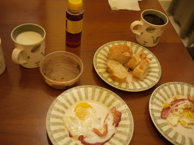 月, 2014-02-03 08:42 - コーヒー、ミルク、ベーコンエッグ、バゲット、アーモンドバター、はちみつ、ヨーグルト