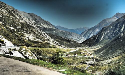 くねくねと山を登る峠道の遠景