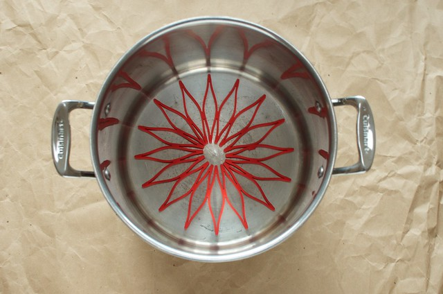 pot with trivet inside