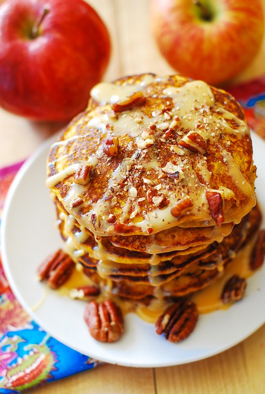 Pumpkin pancakes with caramel pecan sauce, pumpkin recipes, Thanksgiving recipes, Thanksgiving desserts, Thanksgiving breakfast, pumpkin pancakes with dulce de leche sauce and pecans