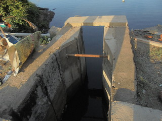 Narrowing the inlet and outlet of the sluice gate